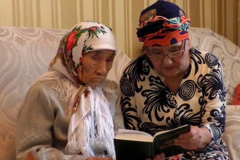 96-летняя жительница Балхаша читает наизусть стихи Абая
