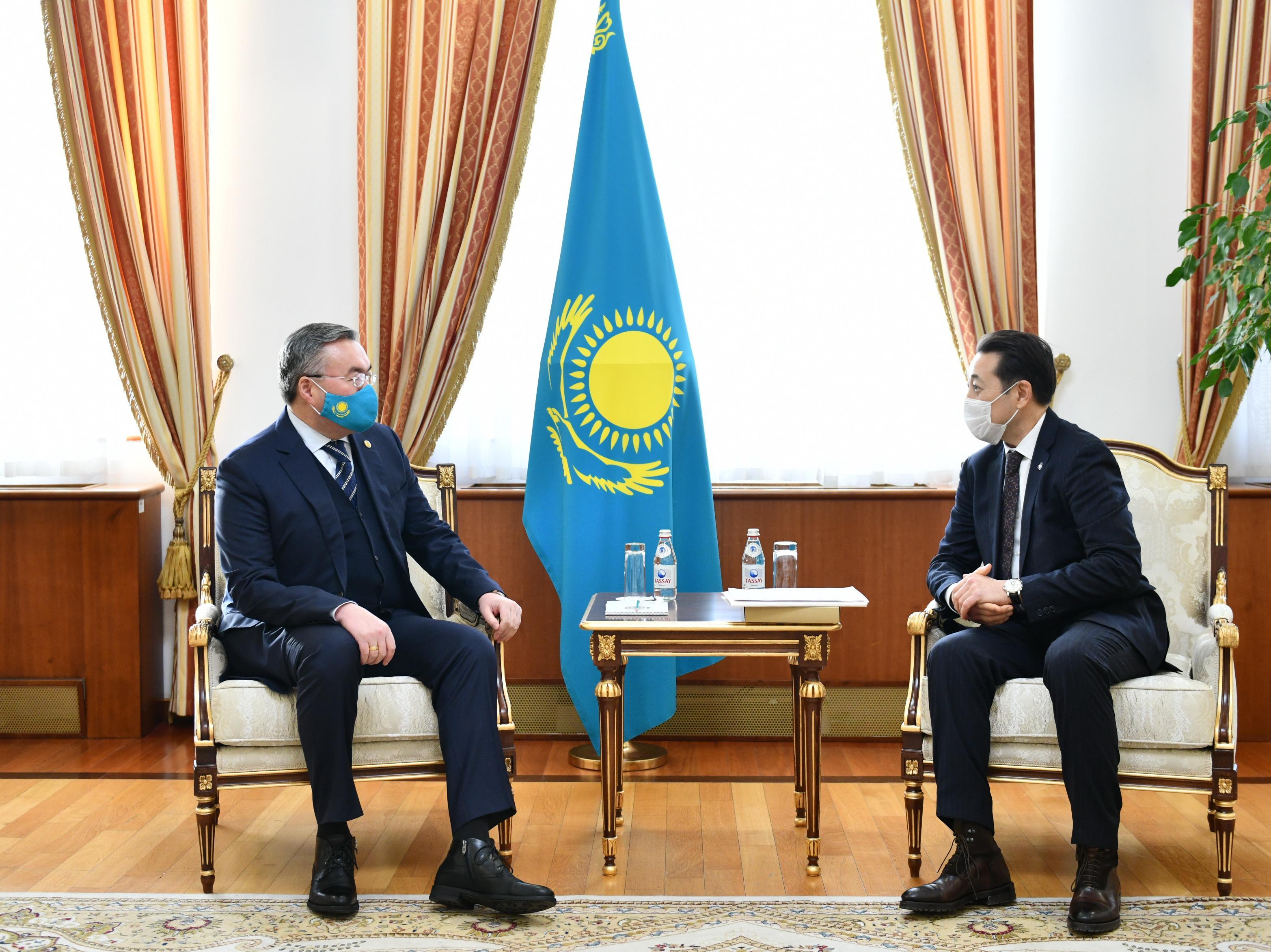 外交部长会见亚信会议秘书处执行主任