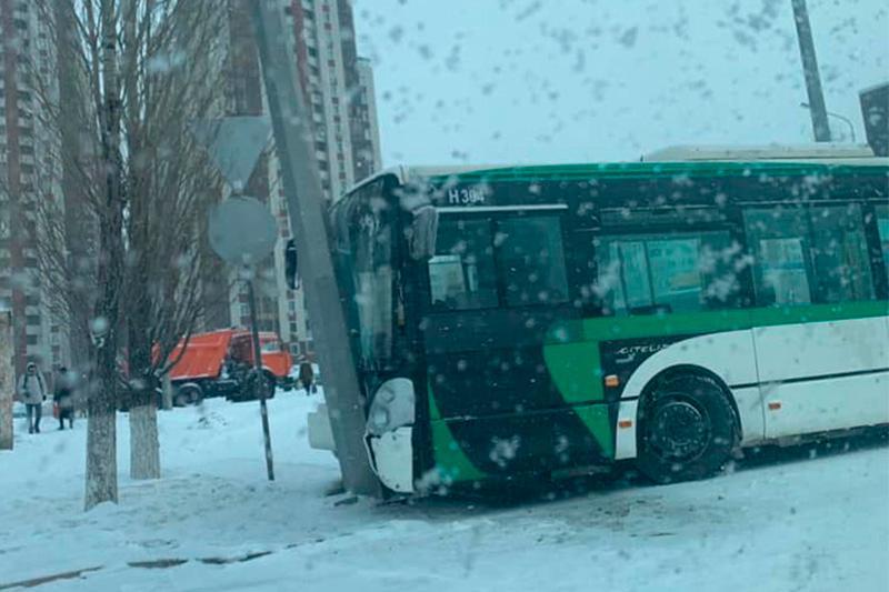 Нұр-Сұлтанда автобус апатқа ұшырап, 6 адам ауруханаға түсті
