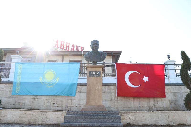 В столице Турции открыли проспект и бюст Абая