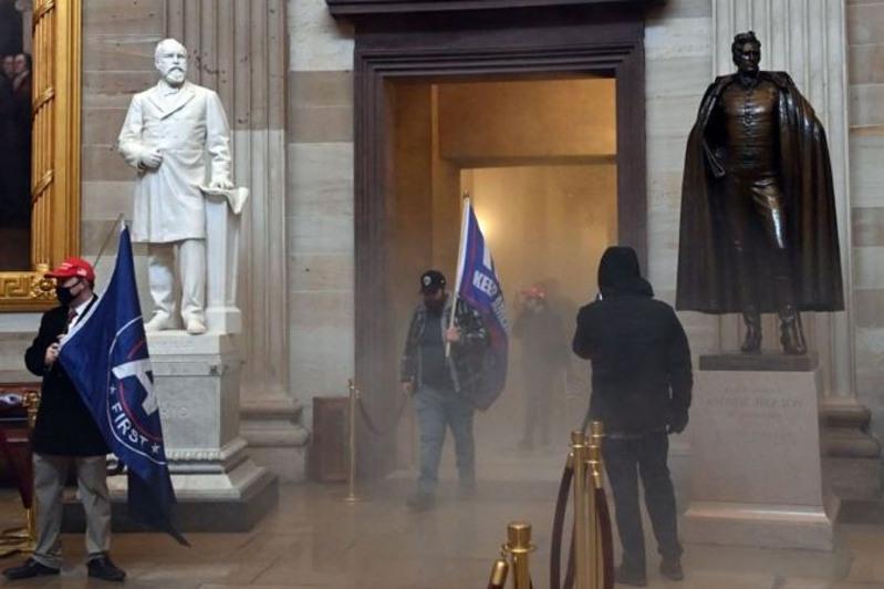 特朗普支持者冲击国会大厦 华盛顿宵禁