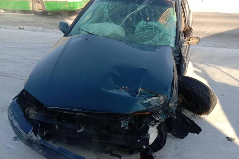 Автомобиль врезался в здание в Восточном Казахстане