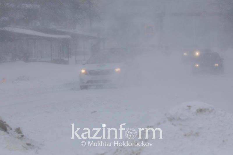 Қарағанды облысындағы бұрқасын: Қар құрсауында қалған көліктерден 9 адам құтқарылды