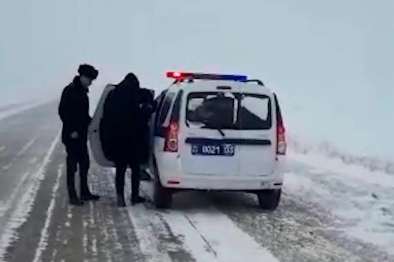 Семью с двумя детьми спасли на трассе в Акмолинской области