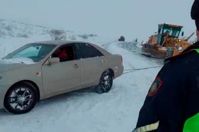 Автомобиль из снежного плена вызволили полицейские ВКО
