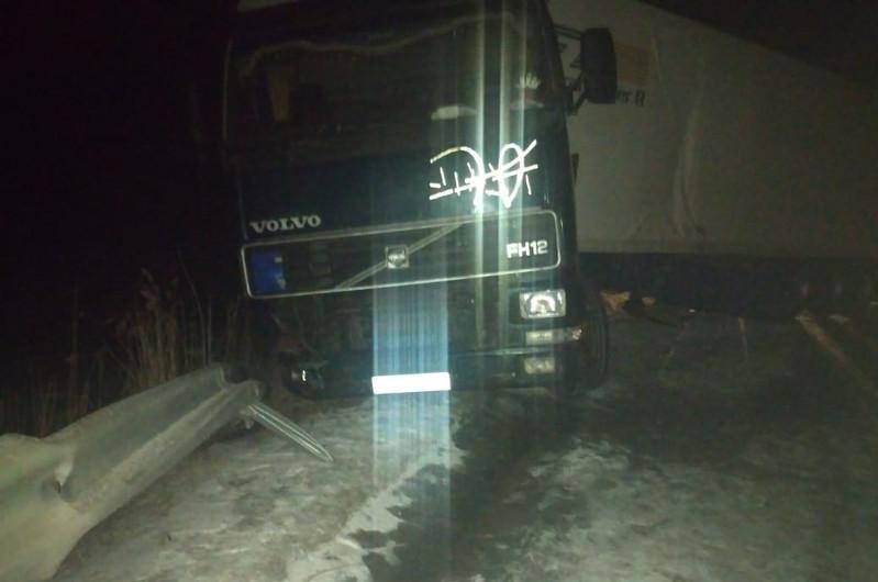 Попавшего в ДТП водителя из Кыргызстана спасли полицейские Туркестанской области