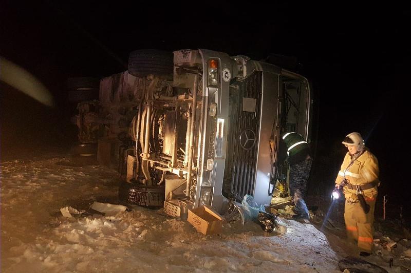 Водителю опрокинувшегося грузового автомобиляпомогли в ВКО