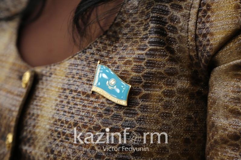 107位新当选马吉利斯议员领取证件和徽章