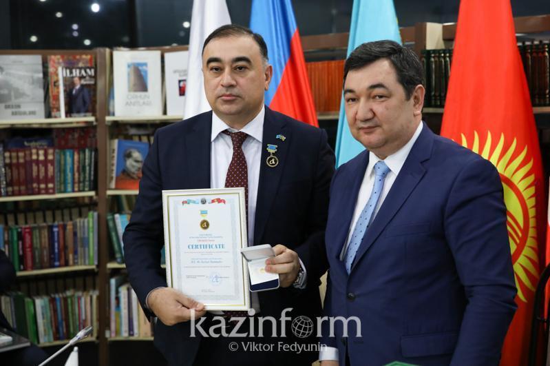 国际突厥学院向阿塞拜疆驻哈大使授予特别金章