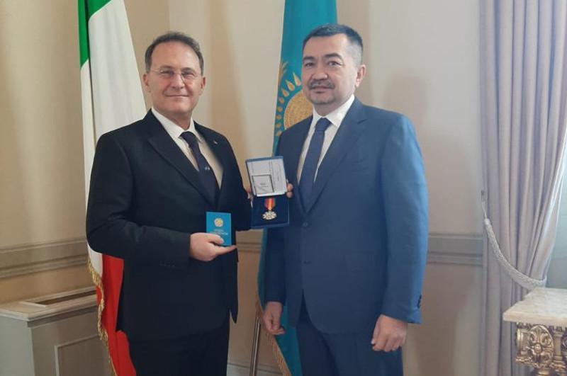 Италия Парламенті депутаттар палатасының квесторы «Достық» орденімен наградталды