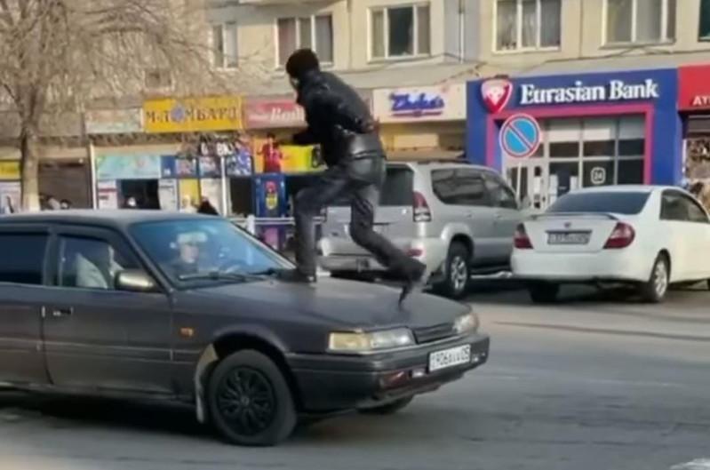 Пробежавшего по машине на пешеходном переходе пранкера задержали в Алматинской области