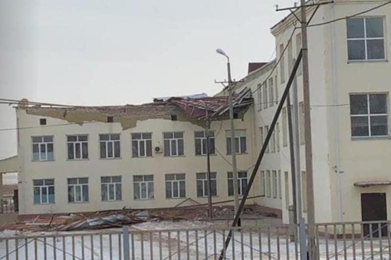 С трех школ сорвало крыши в одном из поселков Атырауской области