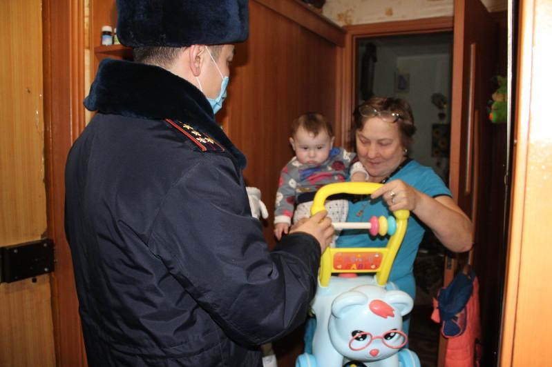 Осиротевшему малышу помогают сотрудники пробации Павлодарской области