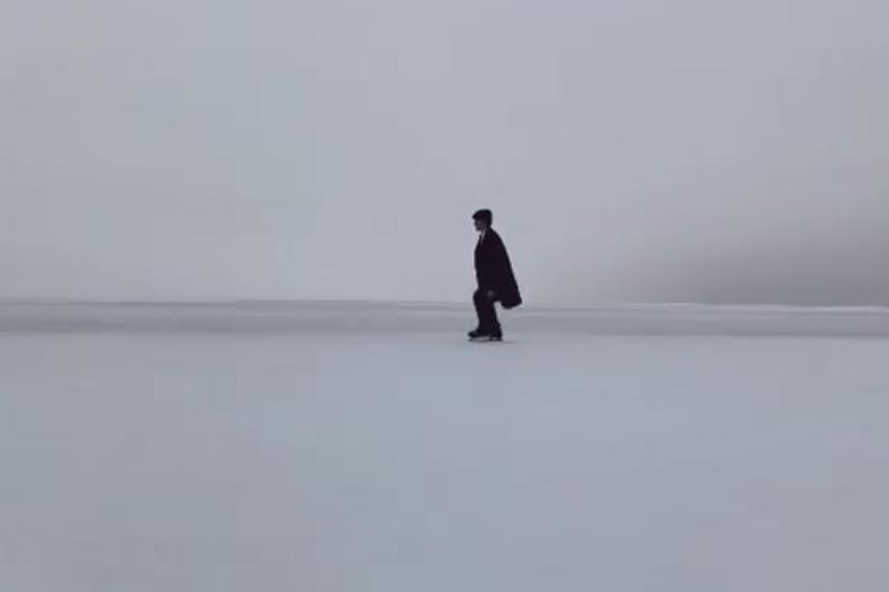 Школьник из Атырау восхитил американского певца фигурным катанием на льду Каспия