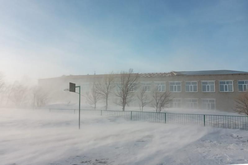 Сильный ветерсорвал кровлюсо здания школы в ВКО