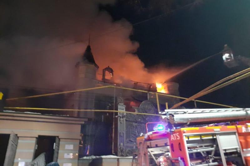 Двухэтажное здание загорелось в Алматы