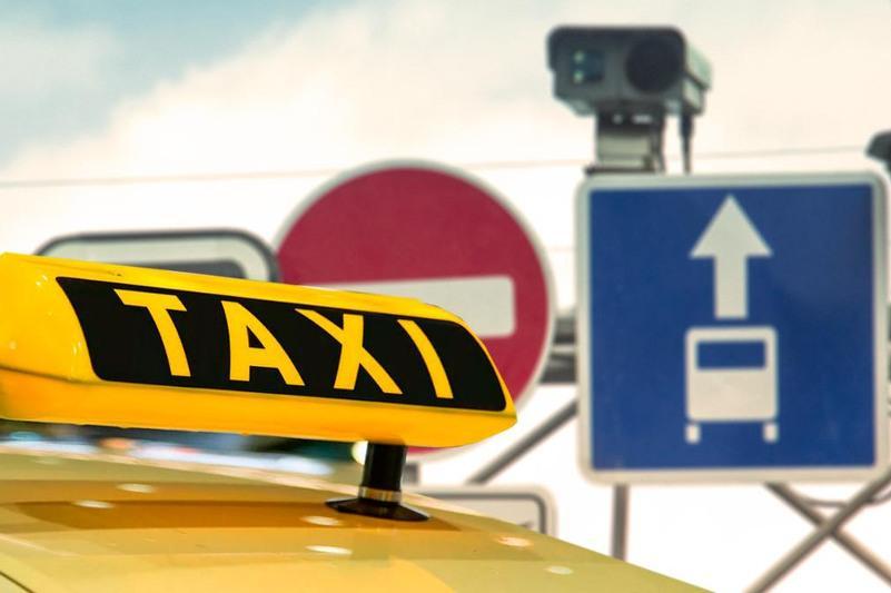 Водителей такси наказали за езду по выделенным полосам в столице