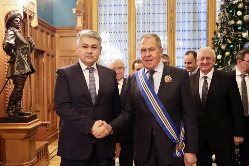 """哈萨克斯坦向俄罗斯外交部长授予一级""""雪豹""""勋章"""