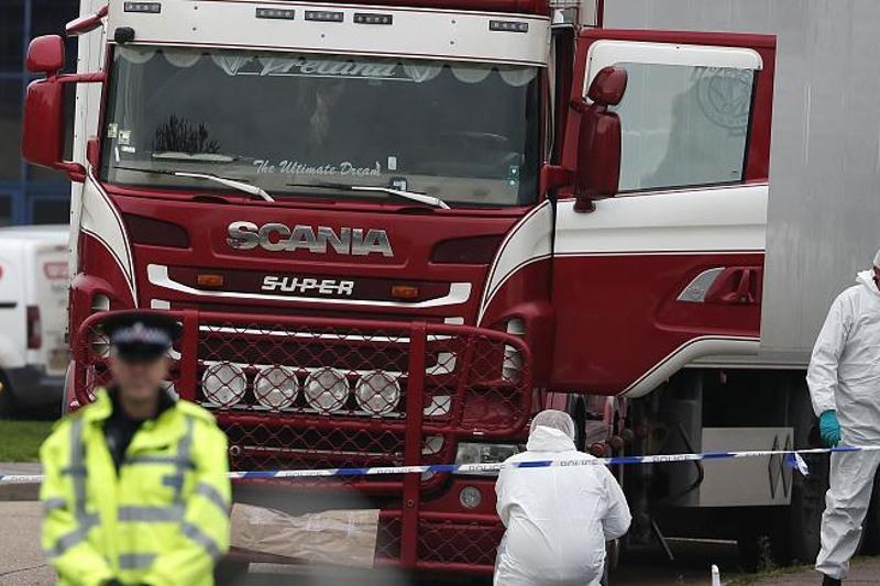 Британияда жүк көлігінде тұншығып өлген 39 мигранттың қазасына кінәлі 4 адам сотталды