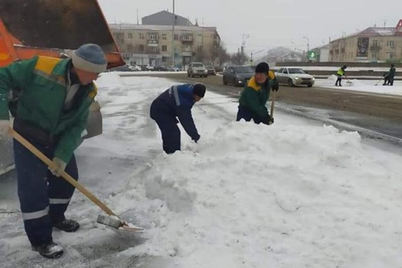 Атырау очищают от первого «большого снега»