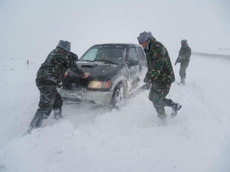 90 легковых и 17 грузовых авто спасли из снежного плена на трассе «Шымкент-Самара»
