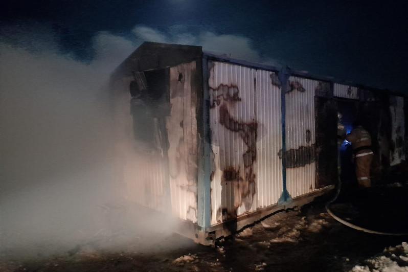 Три человека получили ожоги при пожаре в контейнерах в Кызылординской области