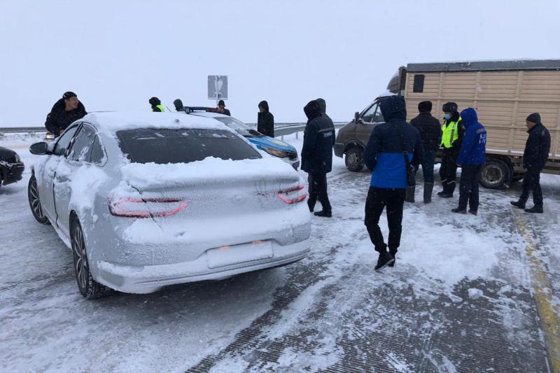 Водителя фуры из Беларуси спасли туркестанские полицейские