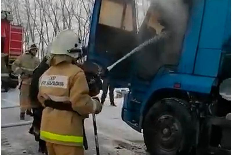 Загоревшийся на трассе грузовик помогли потушить полицейские в Акмолинской области