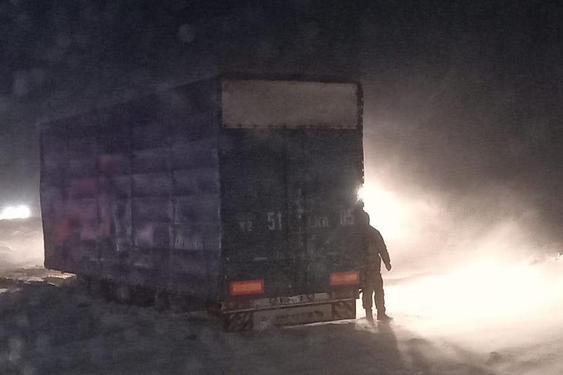 15 грузовиков вызволены из снежных заносов в Алматинской области