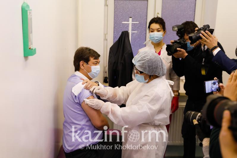 Руководство Минздрава РК вакцинировалось против коронавируса