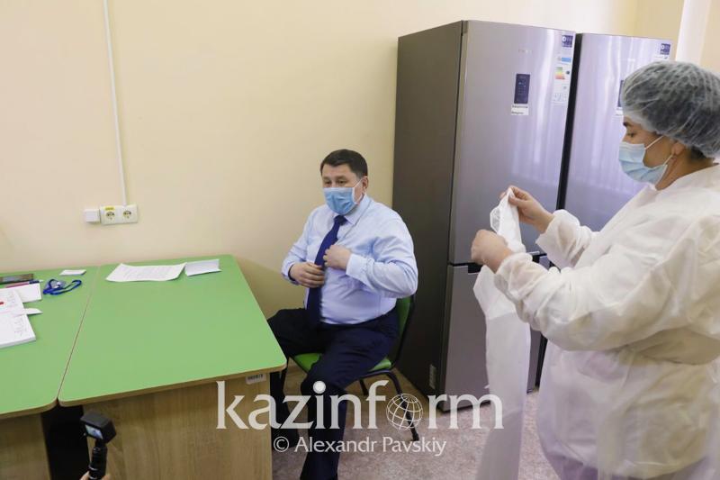 Замакима Алматы, Жандарбек Бекшин и глава УОЗ вакцинировались от коронавируса