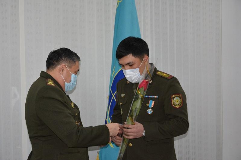 За спасение жителей Алматинской области из снежных заносов наградили сотрудников ДЧС