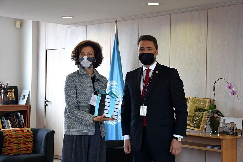 哈萨克斯坦代表向联合国教科文组织总干事赠送阿拜作品集