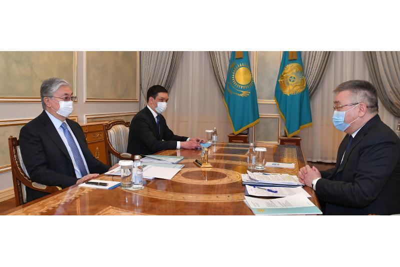 托卡耶夫总统接见最高法院理事会主席多纳科夫