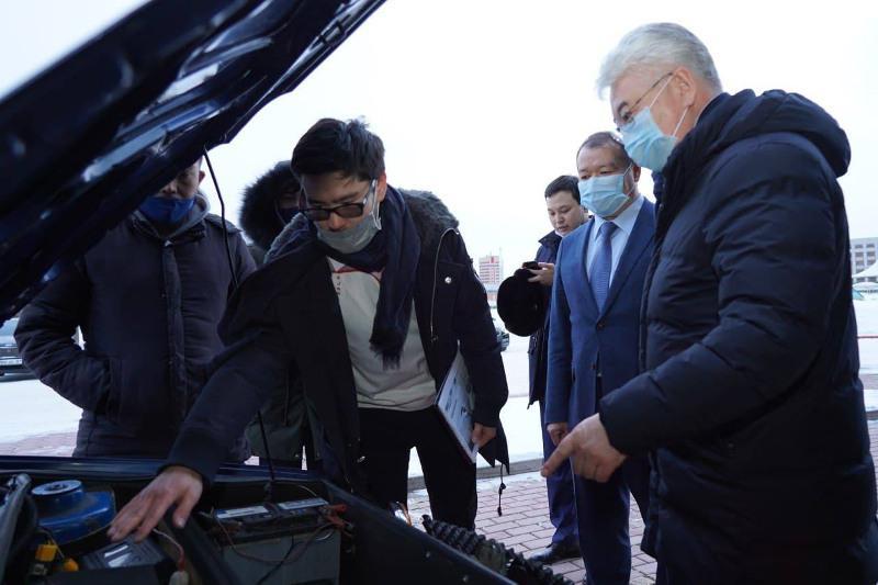 Илон Маск байқауының финалисі Санжар Тайжан министрге электромобилін таныстырды