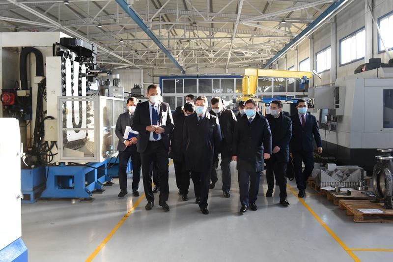 政府总理视察奇姆肯特和突厥斯坦市的发展项目