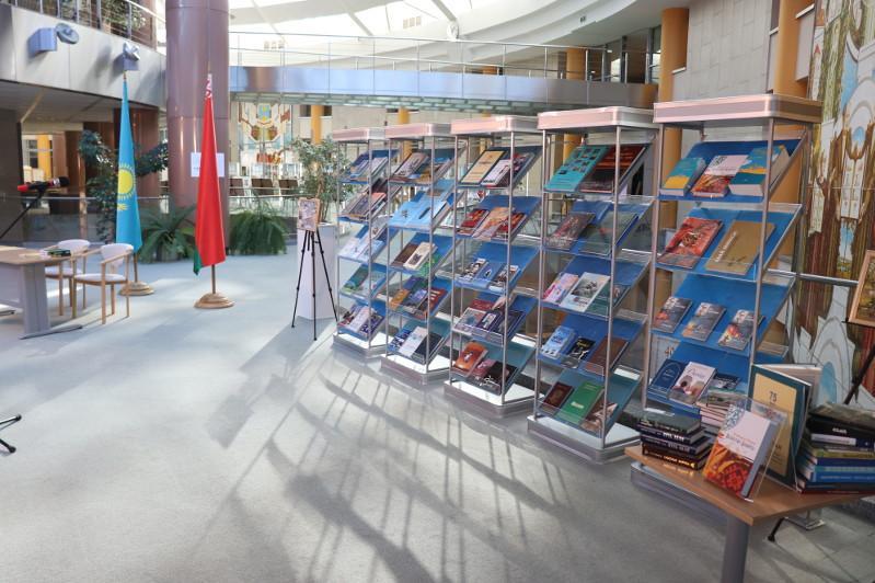 300 томов литературных изданий передал Казахстан главной библиотеке Беларуси