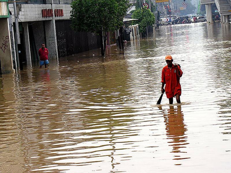 印尼首都雅加达遭洪水侵袭 上千居民被迫撤离
