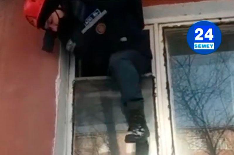 Видео с залезающим через форточку спасателем удивило жителей ВКО