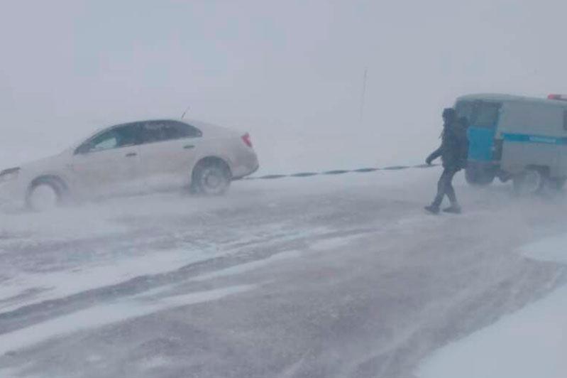 Выбраться из снежного заноса помогли водителю костанайские полицейские