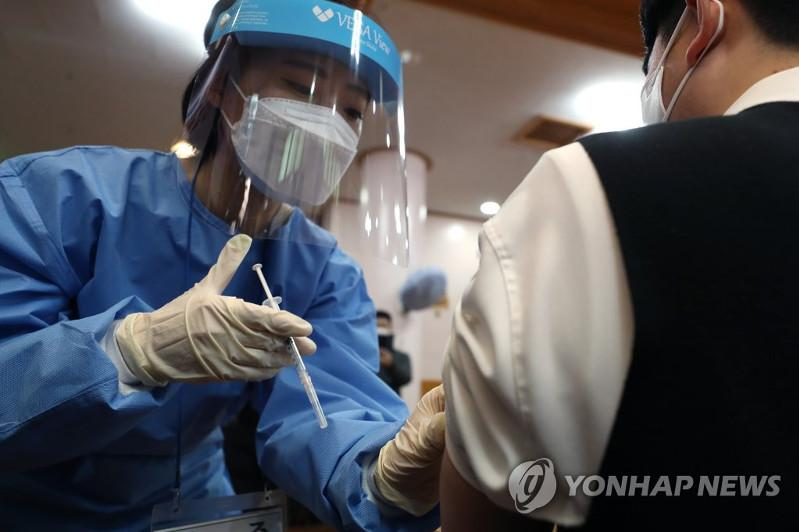 New virus cases bounce back to over 400 ahead of vaccine rollout in S.Korea