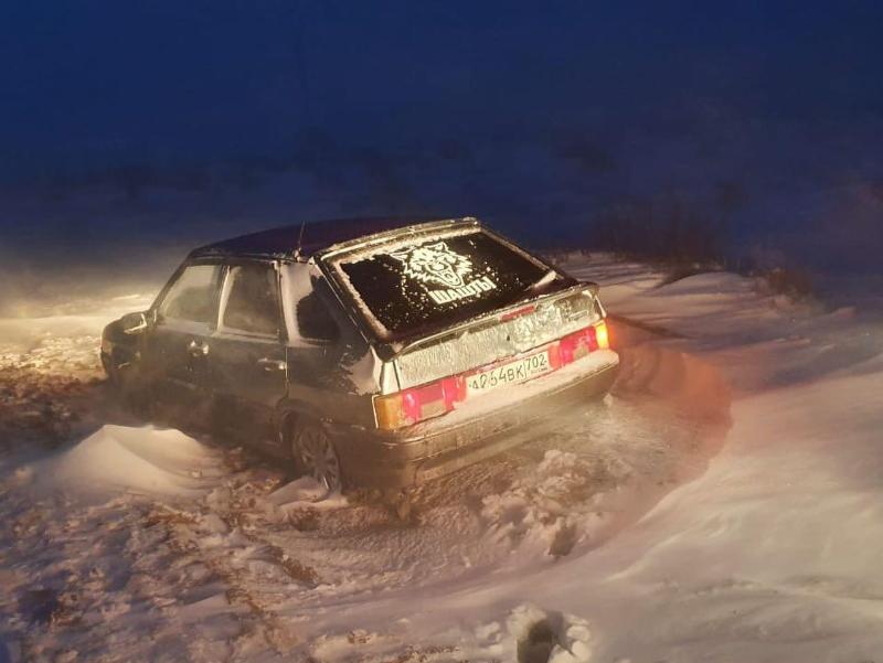 Қызылордада айдалада көлігі балшыққа батып қалған үш жолаушы құтқарылды
