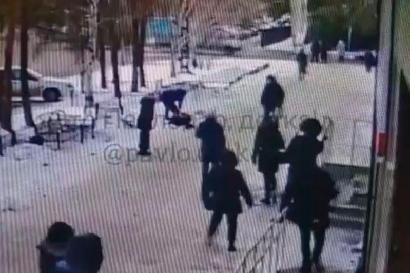 После конфликта в магазине павлодарец избил 13-летнюю девочку