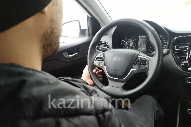 Водитель катал пассажира, привязанным к машине, в Павлодаре