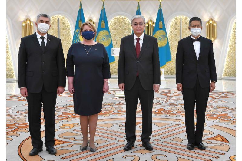 托卡耶夫总统接受多国新任驻哈大使国书