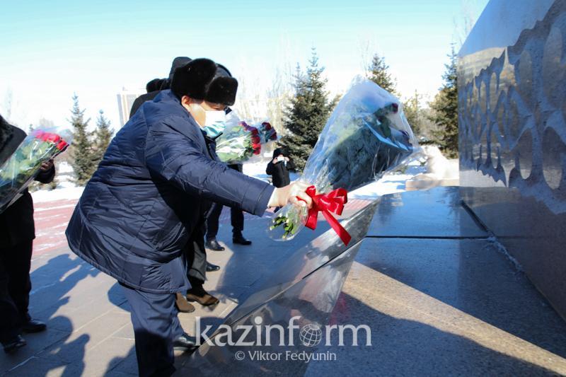 Secretary of State lays flowers to Zhambyl Zhabayev monument in Nur-Sultan