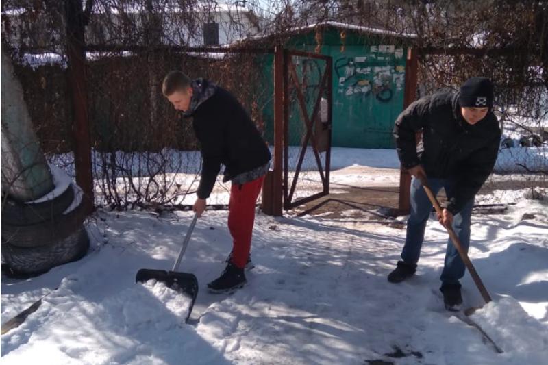 Алғыс айту күні: Алматыда волонтерлер қарттарға қар тазалауға көмектесті