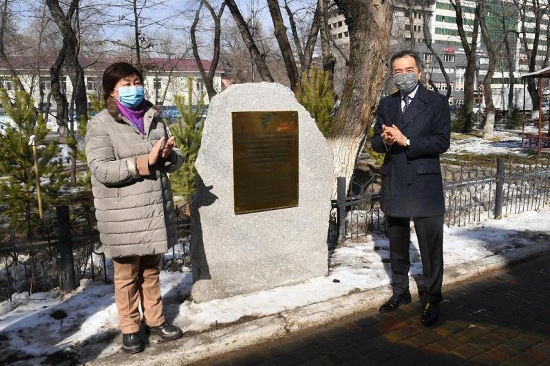 В Алматы откроется памятник медикам, боровшимся с КВИ