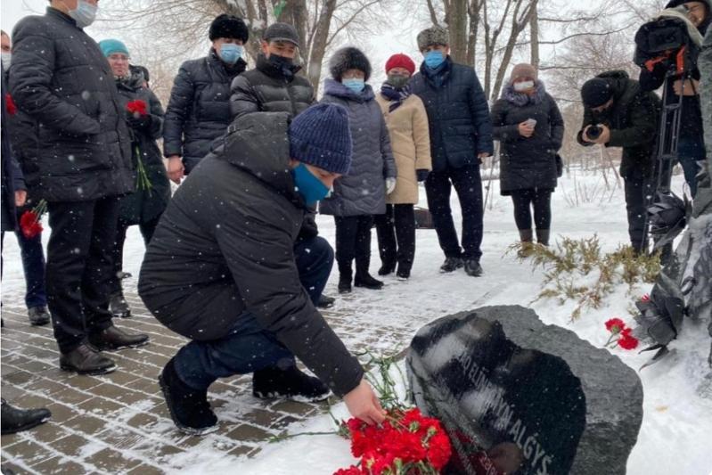 Цветы возложили у скульптурной композиции «Қазақ еліне мың алғыс» в Караганде