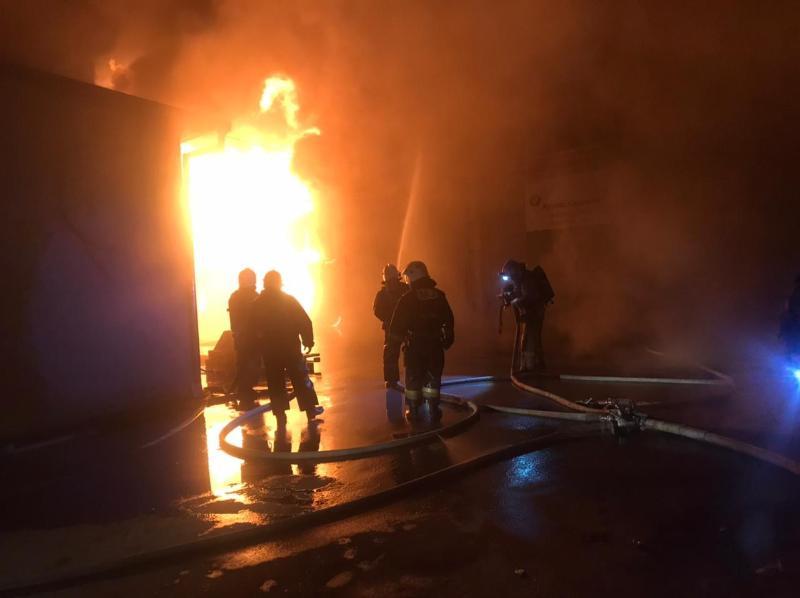 В Шымкенте загорелся  склад автозапчастей
